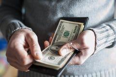 人从钱包得到金钱 库存图片