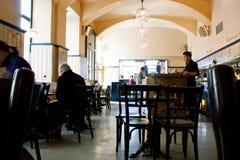 人们食用在普遍的咖啡馆里面的早餐在维也纳 免版税库存照片