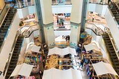 人们,当购物在电梯前面的区域在中心时 图库摄影