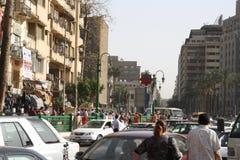人们,汽车,在街市tahrir,开罗埃及的大厦 库存照片