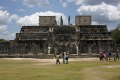 人们chichen itza寺庙tulum的一个狂放的角度 免版税库存图片