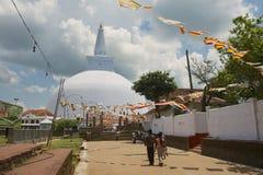 人们去Ruwanwelisaya stupa在阿努拉德普勒,斯里兰卡 库存照片