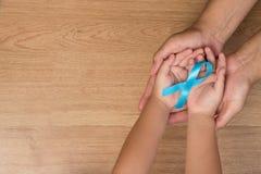 人` s医疗保健概念 拿着光bl的父亲和儿子手 免版税库存照片