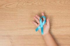 人` s医疗保健概念 浅兰男孩的手对负,天蓝色 免版税库存照片