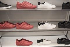 人` s在商店炫耀鞋子 库存图片