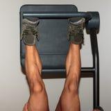 人` s小牛肌肉:在腿新闻锻炼期间的特写镜头视图 免版税库存照片