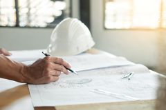人` s工程师手在方案的图画计划与建筑师 免版税库存图片