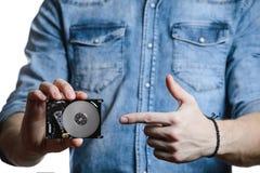 人` s手举行一2 5英寸硬盘 背景查出的白色 库存照片