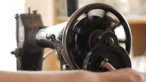 人` s手在一台老手缝纫机缝合 股票录像