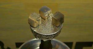 人` s手在黏土碗上把灼烧的煤炭放用水烟筒的,水烟筒` s头烟草 水烟筒题目:举行a的侍酒者 股票录像