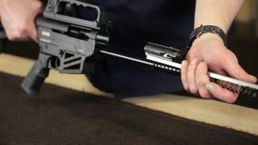 人` s手拆卸步枪 影视素材