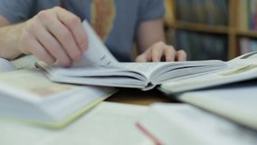 人` s手拿着一本书并且移动他的沿页的手指,当读时 股票录像