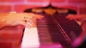 人` s手指在钢琴的钥匙被排序 在爵士乐酒吧的晚上 股票视频