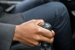 人` s手改变的齿轮,当驾驶汽车时 图库摄影