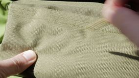 人` s手被检查绿色织品耐久性 一个锋利的螺丝在踪影不离开 股票视频