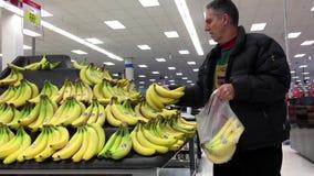 人` s手采摘香蕉 股票视频