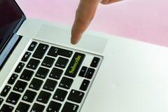 人` s推挤`的手手指的关闭订阅在按钮的`文本膝上型计算机键盘被隔绝的概念v 免版税库存图片