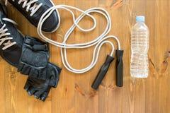 人` s炫耀与一条绳索的成套工具跳跃的 库存照片