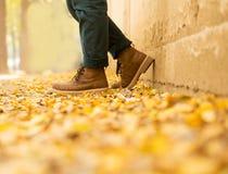 人` s脚在下跌在公园的秋天 免版税图库摄影