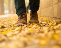 人` s脚在下跌在公园的秋天 库存照片