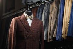 人` s衣服,衬衣,在一个时装模特的领带在商店 免版税库存图片