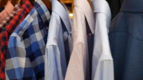 人` s衬衣在商店 影视素材