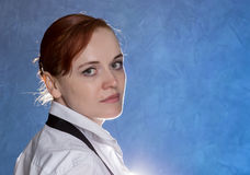 人` s衬衣的美丽的肉欲的在蓝色背景的少妇和领带 免版税库存照片