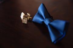 人` s辅助部件 弓领带,链扣 新郎细节 免版税库存照片