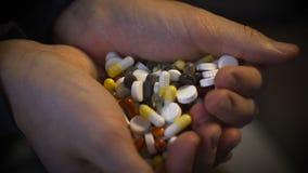 人` s递拿着堆药片和医学 股票录像