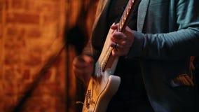 人` s递演奏表现的低音在爵士乐酒吧 股票视频