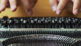 人` s递键入一台老打字机 焦点不在手上 股票录像