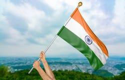 年轻人` s递骄傲挥动印度在天空的国旗,部分3D翻译 免版税图库摄影