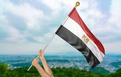 年轻人` s递骄傲挥动埃及在天空的国旗,部分3D翻译 免版税图库摄影