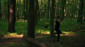 人` s速度在森林里跑 股票录像