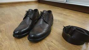 人` s鞋子在地板上在帷幕,人` s辅助部件旁边 股票视频