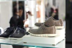 人` s鞋子显示 图库摄影