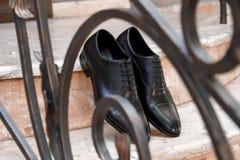 人` s黑色皮革礼鞋 库存照片