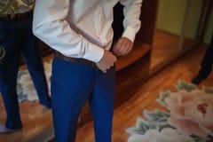 人` s经典蓝色裤子 免版税库存图片