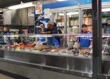 人们selleing海鲜在女王维多利亚  库存照片