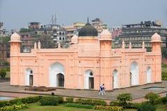 人Bibipari参观陵墓在Lalbagh堡垒的在达卡,孟加拉国 免版税库存照片