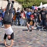 人breakdancing的街道舞蹈 免版税库存照片