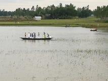 人crose有小船的河 免版税库存照片