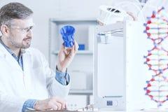 人examinig 3D打印输出 免版税库存照片