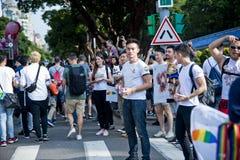 人gived彩虹旗子给台北LGBTQIA自豪感的人,台湾 2017年10月28日 免版税库存图片
