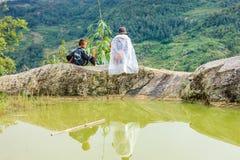 黑人H'mong少数族裔人民的家庭坐小山在Sapa, 2016年9月14日的越南 免版税图库摄影