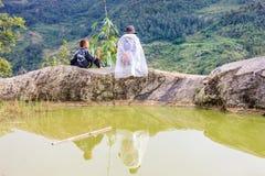 黑人H'mong少数族裔人民的家庭坐小山在Sapa, 2016年9月14日的越南 免版税库存图片