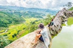 黑人H'mong少数族裔人民的家庭坐小山在Sapa, 2016年9月14日的越南 图库摄影