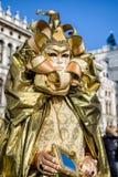 人ingolden服装在威尼斯狂欢节2018年 免版税库存图片