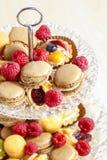 巴黎人macarons、莓和其他纤巧 免版税图库摄影
