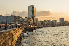 人Malecon木板走道日落哈瓦那 免版税库存图片
